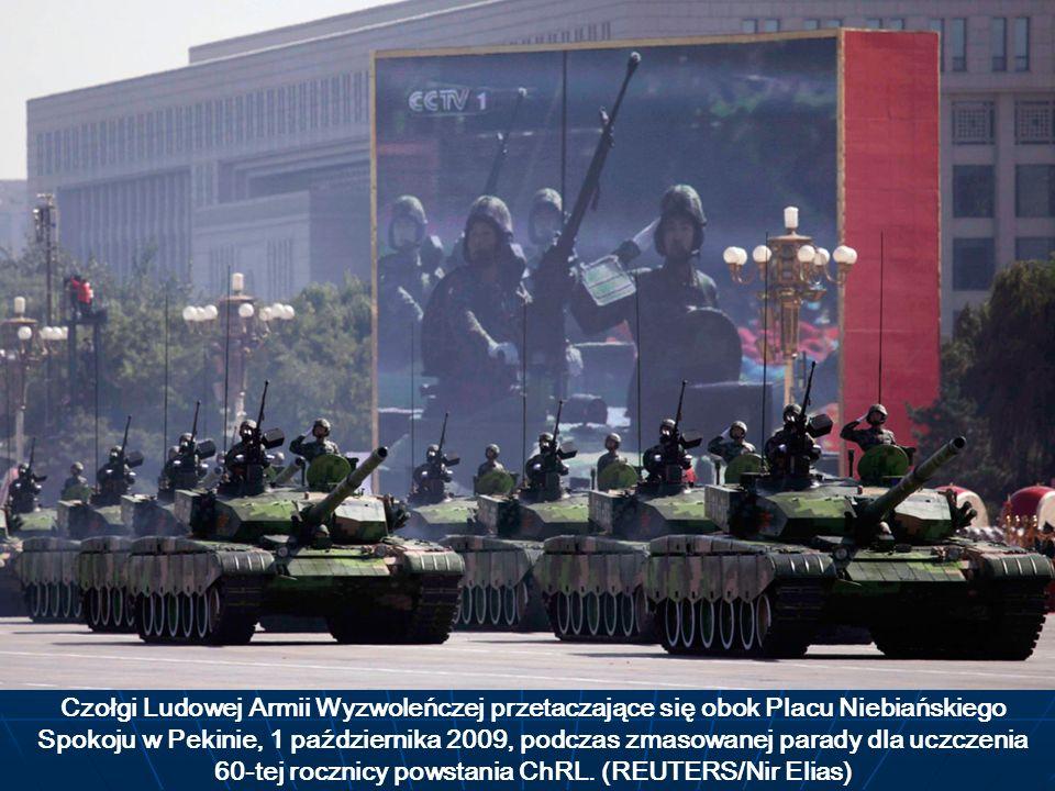 Czołgi Ludowej Armii Wyzwoleńczej przetaczające się obok Placu Niebiańskiego Spokoju w Pekinie, 1 października 2009, podczas zmasowanej parady dla ucz