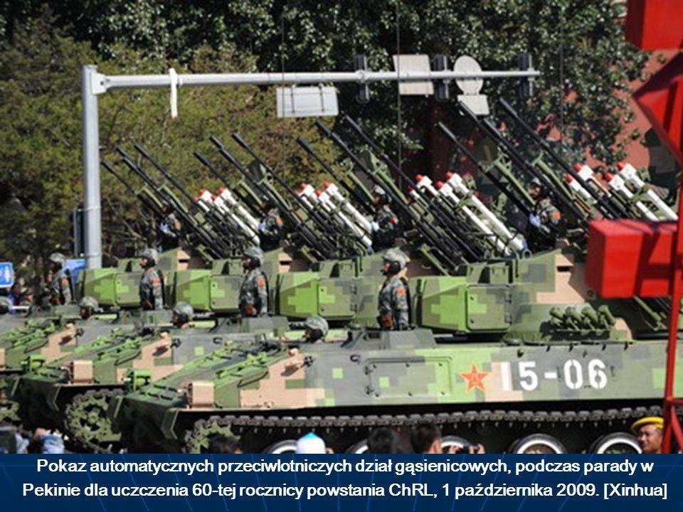 Pokaz automatycznych przeciwlotniczych dział gąsienicowych, podczas parady w Pekinie dla uczczenia 60-tej rocznicy powstania ChRL, 1 października 2009