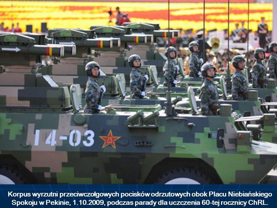 Korpus wyrzutni przeciwczołgowych pocisków odrzutowych obok Placu Niebiańskiego Spokoju w Pekinie, 1.10.2009, podczas parady dla uczczenia 60-tej rocz