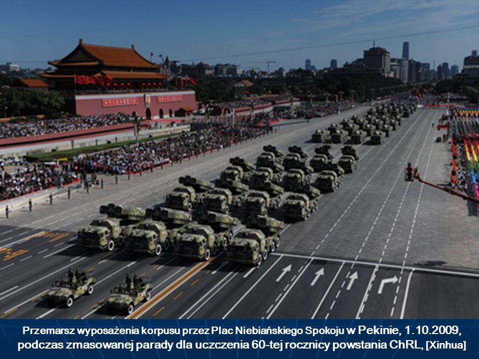 Przemarsz wyposażenia korpusu przez Plac Niebiańskiego Spokoju w Pekinie, 1.10.2009, podczas zmasowanej parady dla uczczenia 60-tej rocznicy powstania
