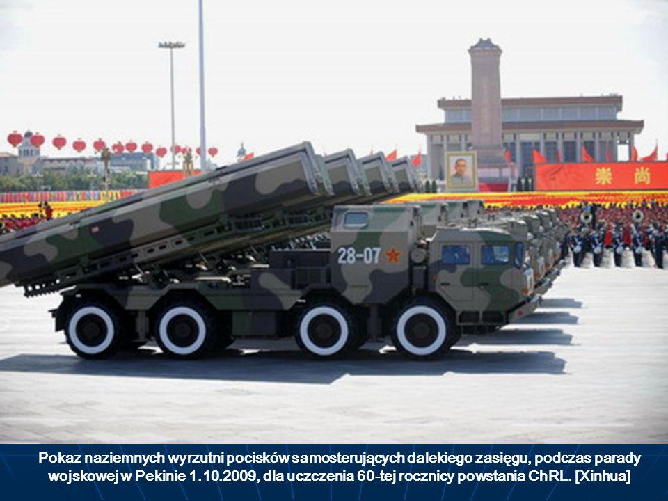 Pokaz naziemnych wyrzutni pocisków samosterujących dalekiego zasięgu, podczas parady wojskowej w Pekinie 1.10.2009, dla uczczenia 60-tej rocznicy pows