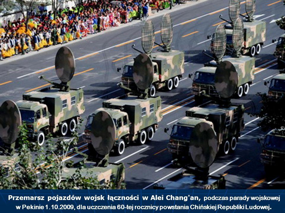 Przemarsz pojazdów wojsk łączności w Alei Chang'an, podczas parady wojskowej w Pekinie 1.10.2009, dla uczczenia 60-tej rocznicy powstania Chińskiej Re