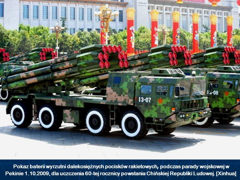 Pokaz baterii wyrzutni dalekosiężnych pocisków rakietowych, podczas parady wojskowej w Pekinie 1.10.2009, dla uczczenia 60-tej rocznicy powstania Chiń
