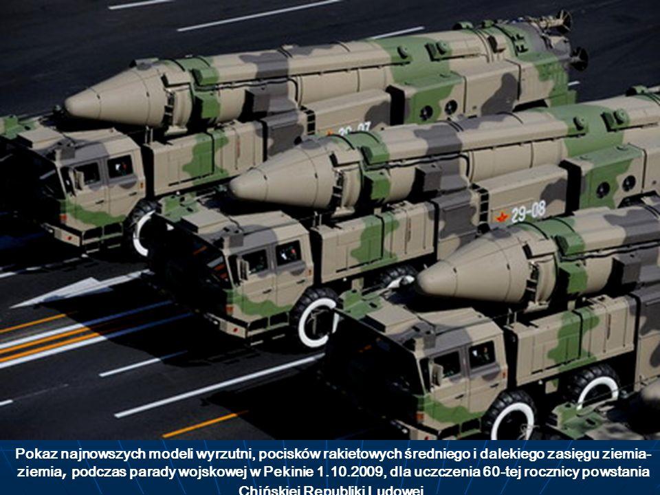 Pokaz najnowszych modeli wyrzutni, pocisków rakietowych średniego i dalekiego zasięgu ziemia- ziemia, podczas parady wojskowej w Pekinie 1.10.2009, dl