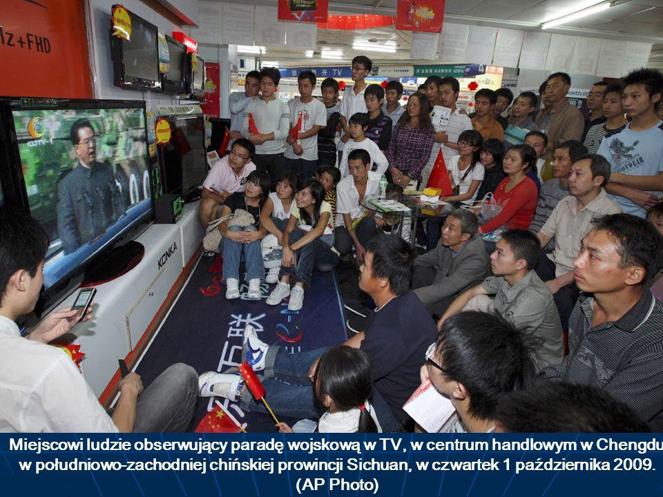 Miejscowi ludzie obserwujący paradę wojskową w TV, w centrum handlowym w Chengdu w południowo-zachodniej chińskiej prowincji Sichuan, w czwartek 1 paź