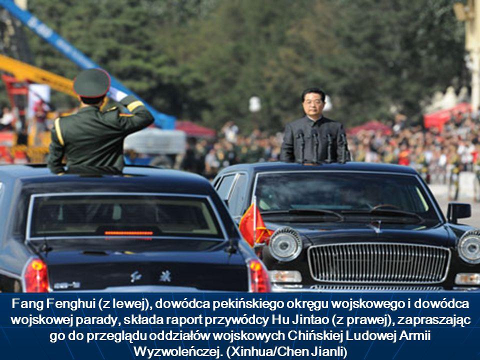 Fang Fenghui (z lewej), dowódca pekińskiego okręgu wojskowego i dowódca wojskowej parady, składa raport przywódcy Hu Jintao (z prawej), zapraszając go