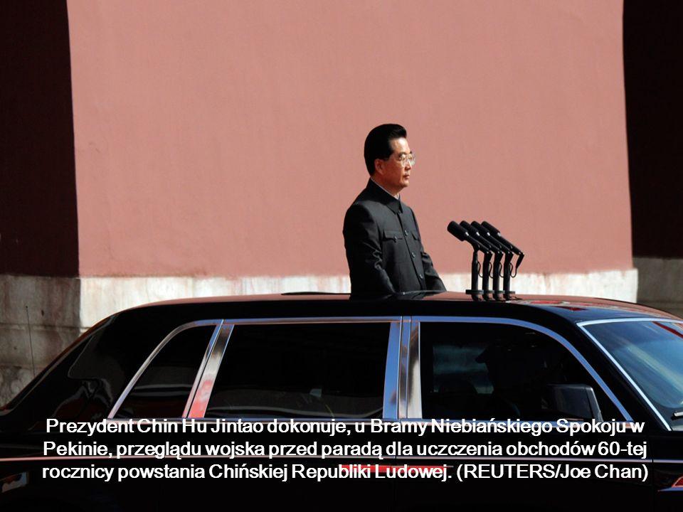 Prezydent Chin Hu Jintao dokonuje, u Bramy Niebiańskiego Spokoju w Pekinie, przeglądu wojska przed paradą dla uczczenia obchodów 60-tej rocznicy powst