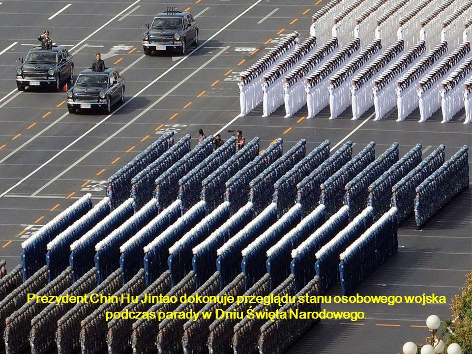 Prezydent Chin Hu Jintao dokonuje przeglądu stanu osobowego wojska podczas parady w Dniu Święta Narodowego.