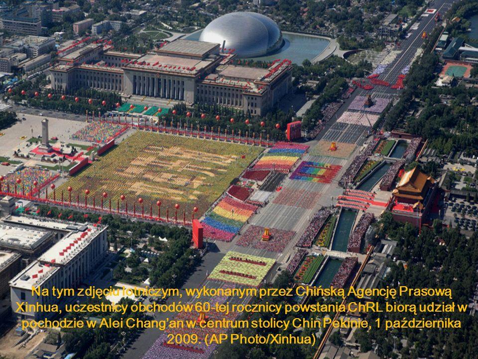 Na tym zdjęciu lotniczym, wykonanym przez Chińską Agencję Prasową Xinhua, uczestnicy obchodów 60-tej rocznicy powstania ChRL biorą udział w pochodzie