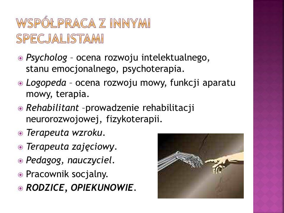 Psycholog – ocena rozwoju intelektualnego, stanu emocjonalnego, psychoterapia. Logopeda – ocena rozwoju mowy, funkcji aparatu mowy, terapia. Rehabilit