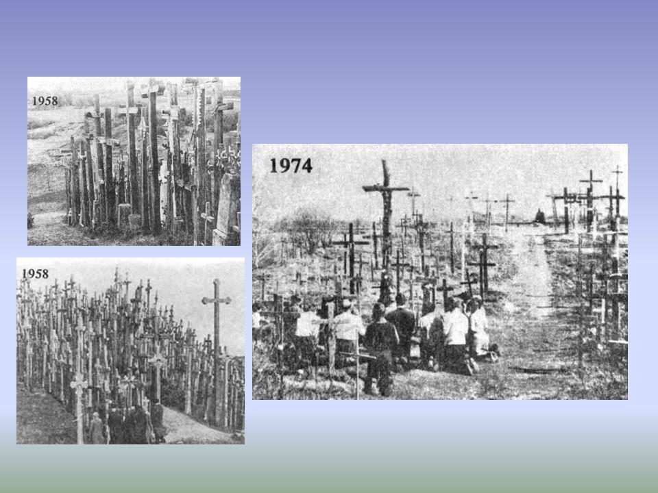 Zesłańcy z gułagów po powrocie na Litwę zaczęli wznosić tu krzyże dziękczynne za ocalenie i powrót na ojczystą ziemię. Niestety zbierających się tu pi