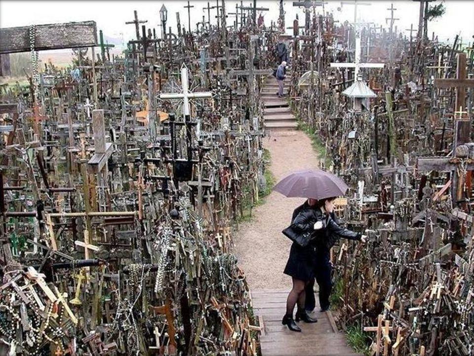 Najczęściej jednak drewniane krzyże przewracano, łamano, palono a metalowe wywożono na złom. W nocy wierni wznosili na ich miejscu nowe symbole ich ni