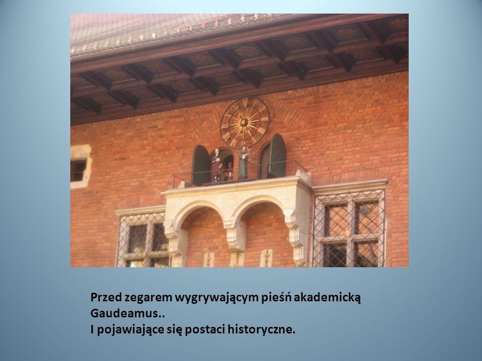 Przed zegarem wygrywającym pieśń akademicką Gaudeamus.. I pojawiające się postaci historyczne.