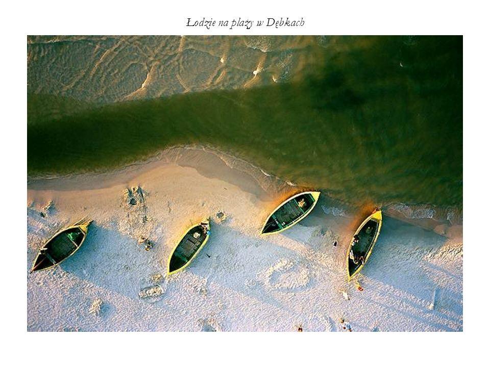 Łodzie na plaży w Dębkach