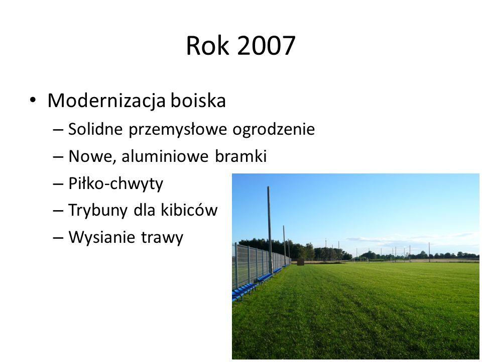 Rok 2007 Modernizacja boiska – Solidne przemysłowe ogrodzenie – Nowe, aluminiowe bramki – Piłko-chwyty – Trybuny dla kibiców – Wysianie trawy