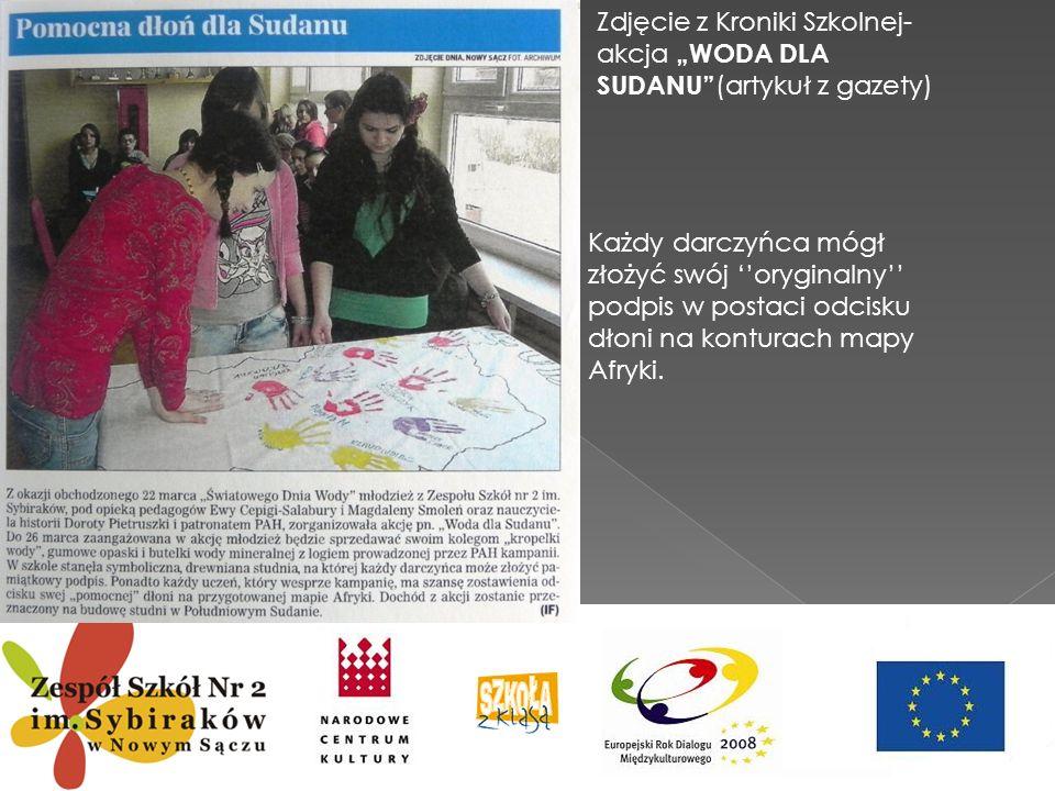 Zdjęcie z Kroniki Szkolnej- akcja WODA DLA SUDANU (artykuł z gazety) Każdy darczyńca mógł złożyć swój oryginalny podpis w postaci odcisku dłoni na kon