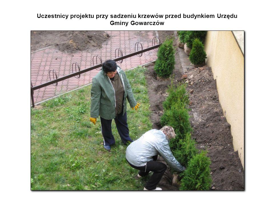 Uczestnicy projektu przy sadzeniu krzewów przed budynkiem Urzędu Gminy Gowarczów