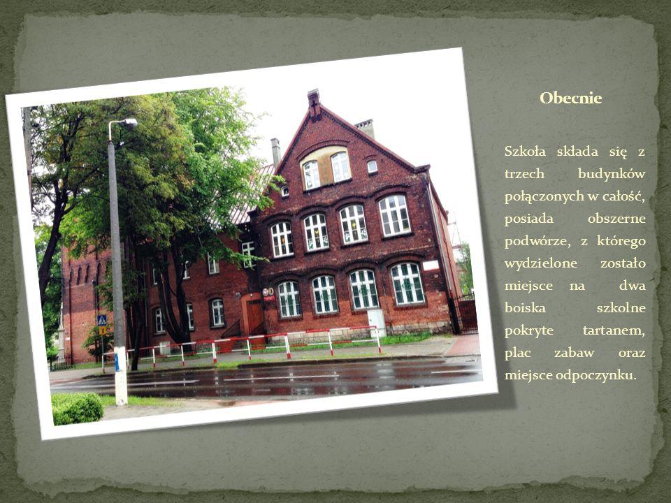 Szkoła składa się z trzech budynków połączonych w całość, posiada obszerne podwórze, z którego wydzielone zostało miejsce na dwa boiska szkolne pokryt