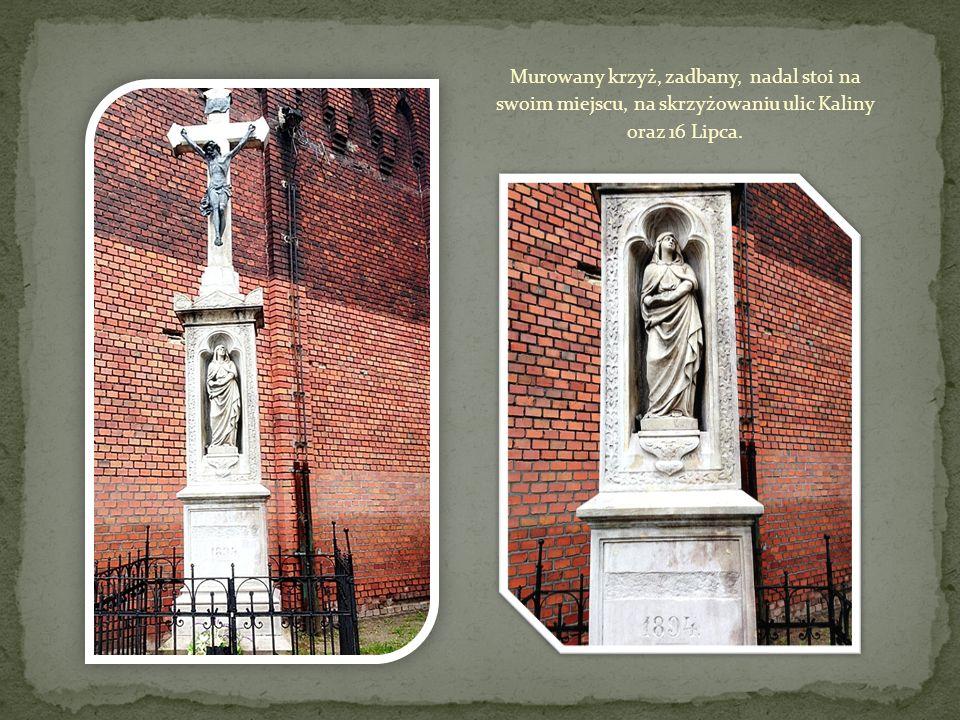 Murowany krzyż, zadbany, nadal stoi na swoim miejscu, na skrzyżowaniu ulic Kaliny oraz 16 Lipca.