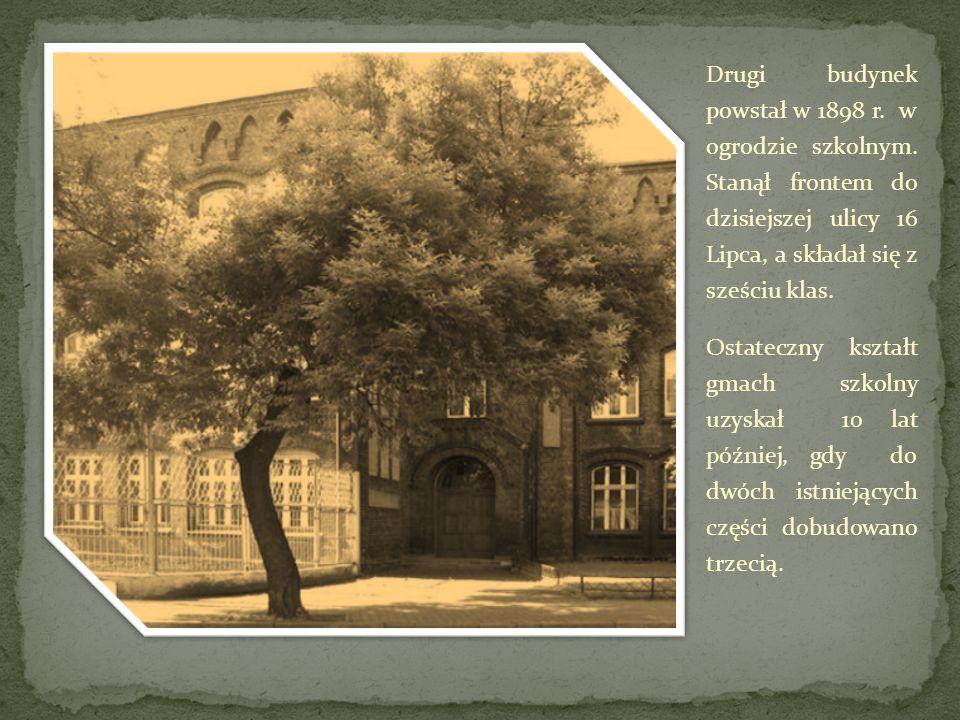 Drugi budynek powstał w 1898 r. w ogrodzie szkolnym. Stanął frontem do dzisiejszej ulicy 16 Lipca, a składał się z sześciu klas. Ostateczny kształt gm