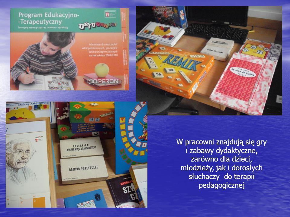 W pracowni znajdują się gry i zabawy dydaktyczne, zarówno dla dzieci, młodzieży, jak i dorosłych słuchaczy do terapii pedagogicznej