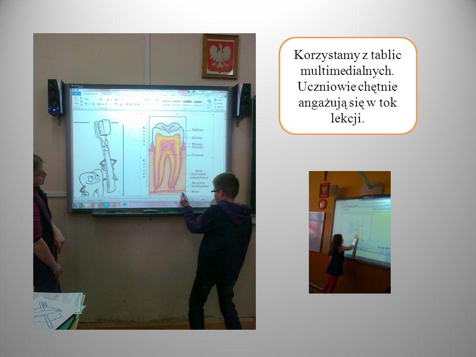 Korzystamy z tablic multimedialnych. Uczniowie chętnie angażują się w tok lekcji.