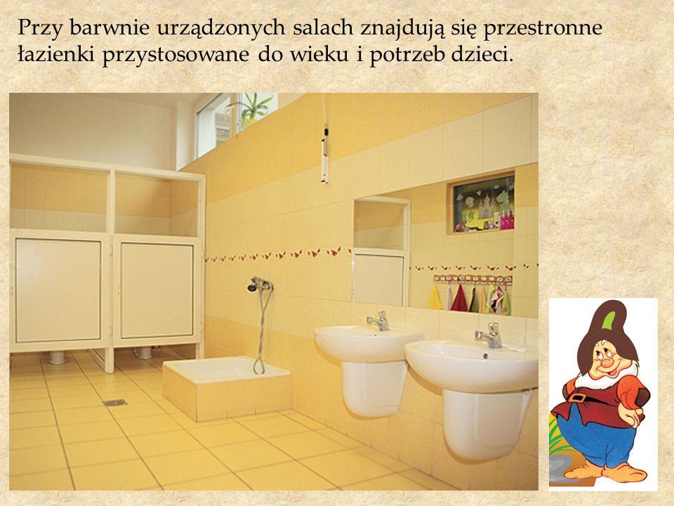 Przy barwnie urządzonych salach znajdują się przestronne łazienki przystosowane do wieku i potrzeb dzieci.