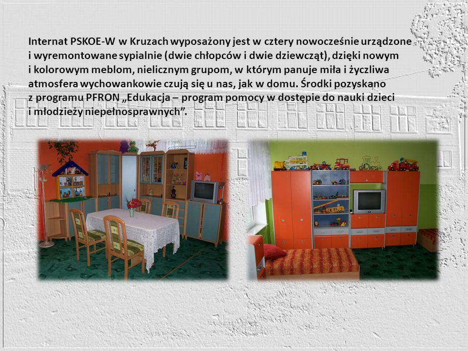 Internat PSKOE-W w Kruzach wyposażony jest w cztery nowocześnie urządzone i wyremontowane sypialnie (dwie chłopców i dwie dziewcząt), dzięki nowym i k