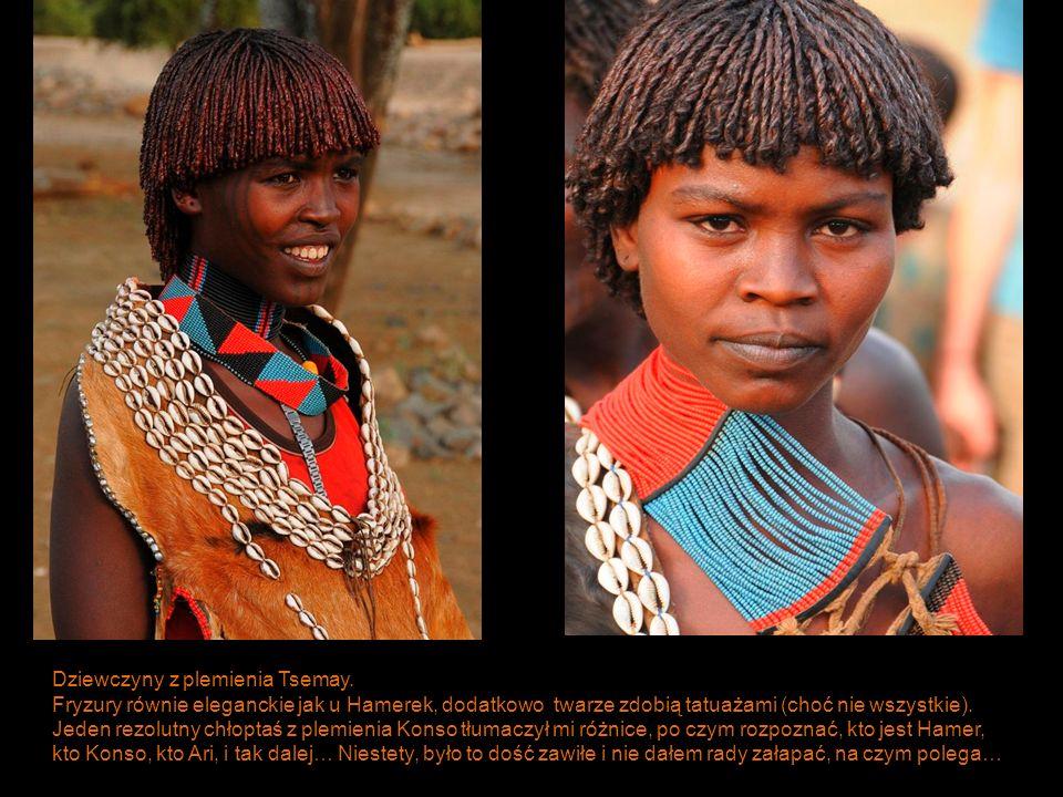 Dziewczyny z plemienia Tsemay. Fryzury równie eleganckie jak u Hamerek, dodatkowo twarze zdobią tatuażami (choć nie wszystkie). Jeden rezolutny chłopt