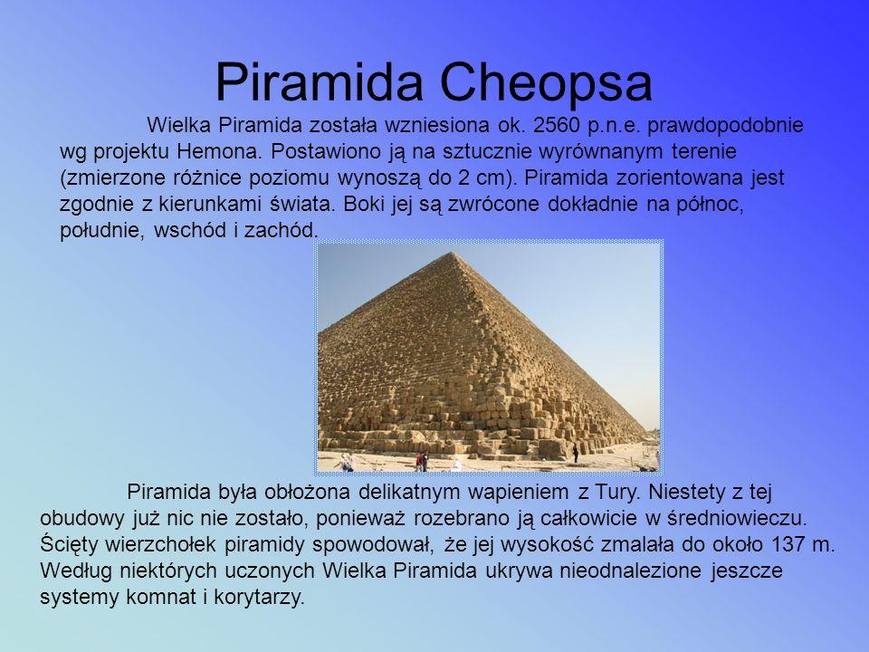 Piramida Mykerinosa Ta, mierząca jedynie 65 metrów wysokości, piramida zbudowana została z największych, znanych w Gizie, bloków kamiennych.