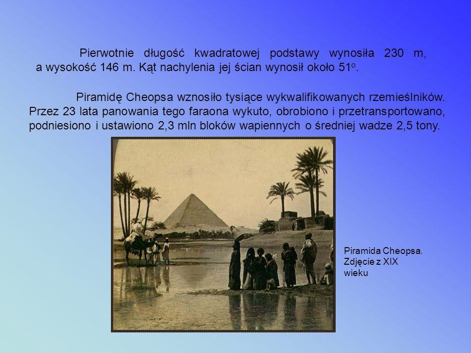 Piramida Cheopsa Wielka Piramida została wzniesiona ok. 2560 p.n.e. prawdopodobnie wg projektu Hemona. Postawiono ją na sztucznie wyrównanym terenie (