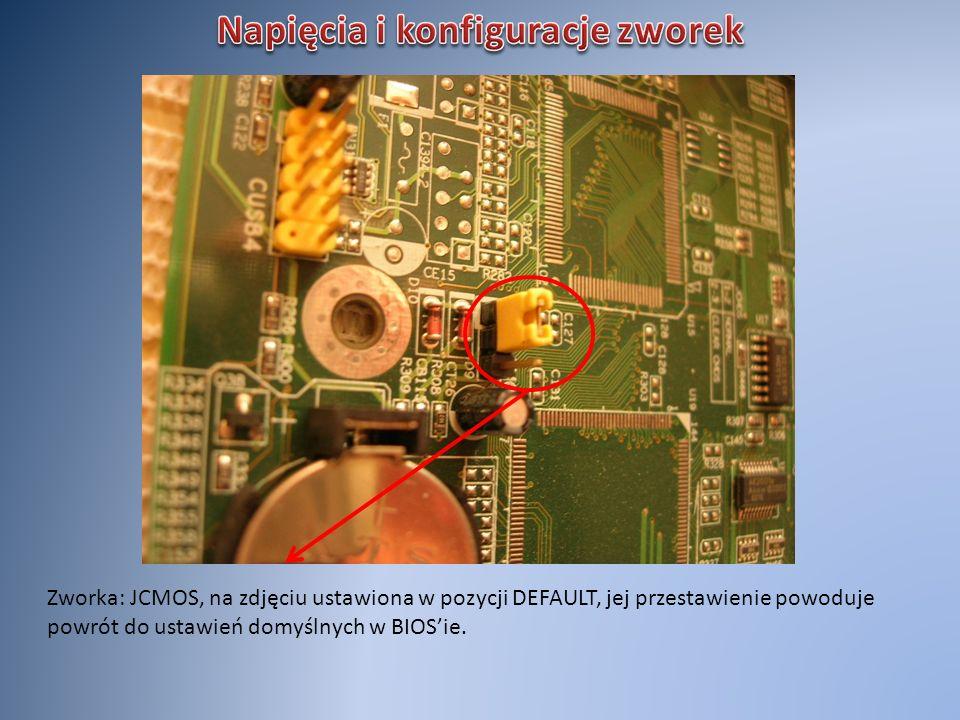 Zworka: JCMOS, na zdjęciu ustawiona w pozycji DEFAULT, jej przestawienie powoduje powrót do ustawień domyślnych w BIOSie.