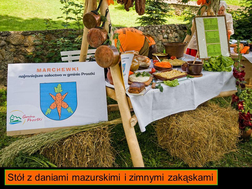 Stół z daniami mazurskimi i zimnymi zakąskami