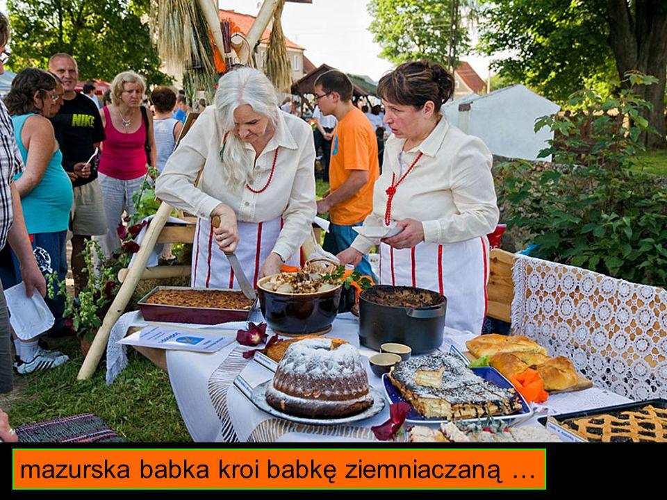 mazurska babka kroi babkę ziemniaczaną …