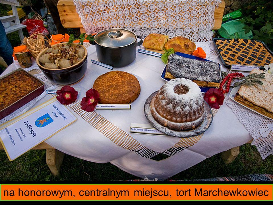 na honorowym, centralnym miejscu, tort Marchewkowiec