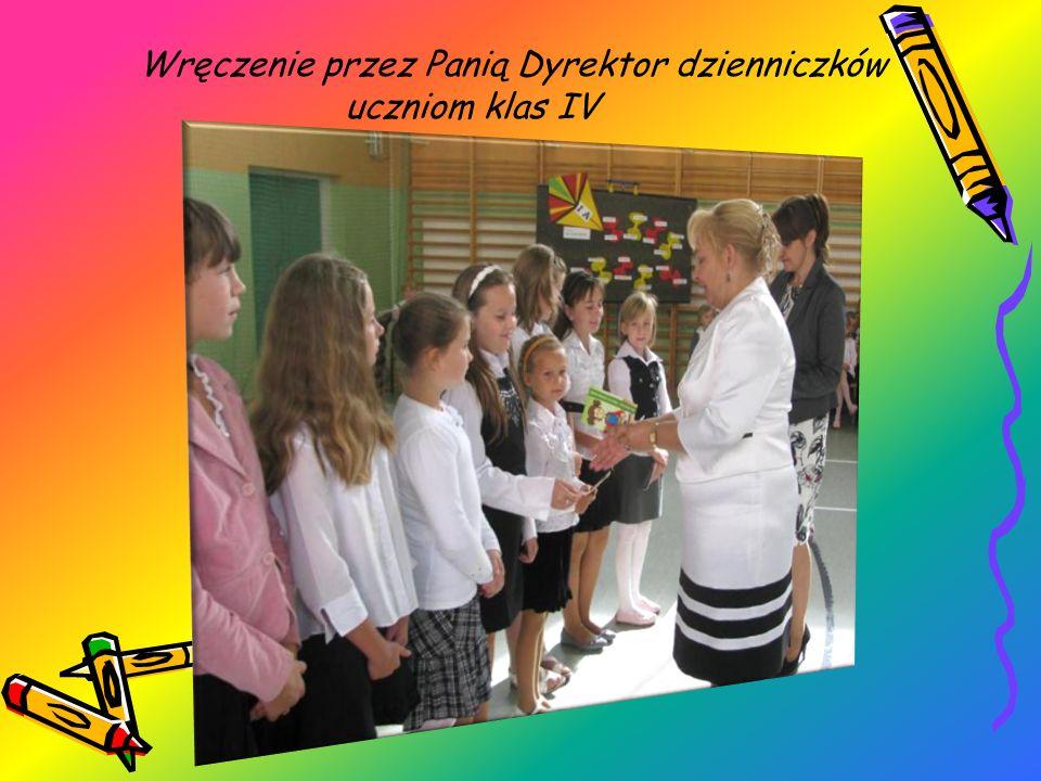 Wręczenie przez Panią Dyrektor dzienniczków uczniom klas IV