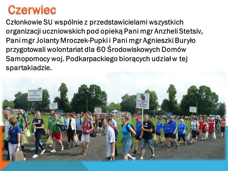 Członkowie SU wspólnie z przedstawicielami wszystkich organizacji uczniowskich pod opieką Pani mgr Anzheli Stetsiv, Pani mgr Jolanty Mroczek-Pupki i P