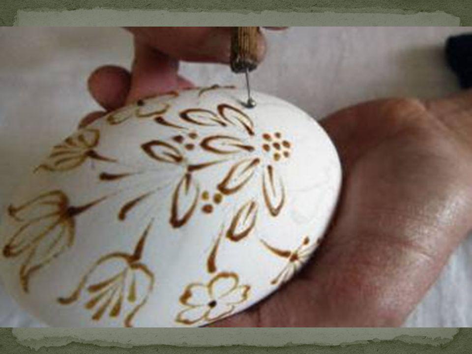 Pisanki barwione, malowane woskiem, a następnie wytrawiane w occie.