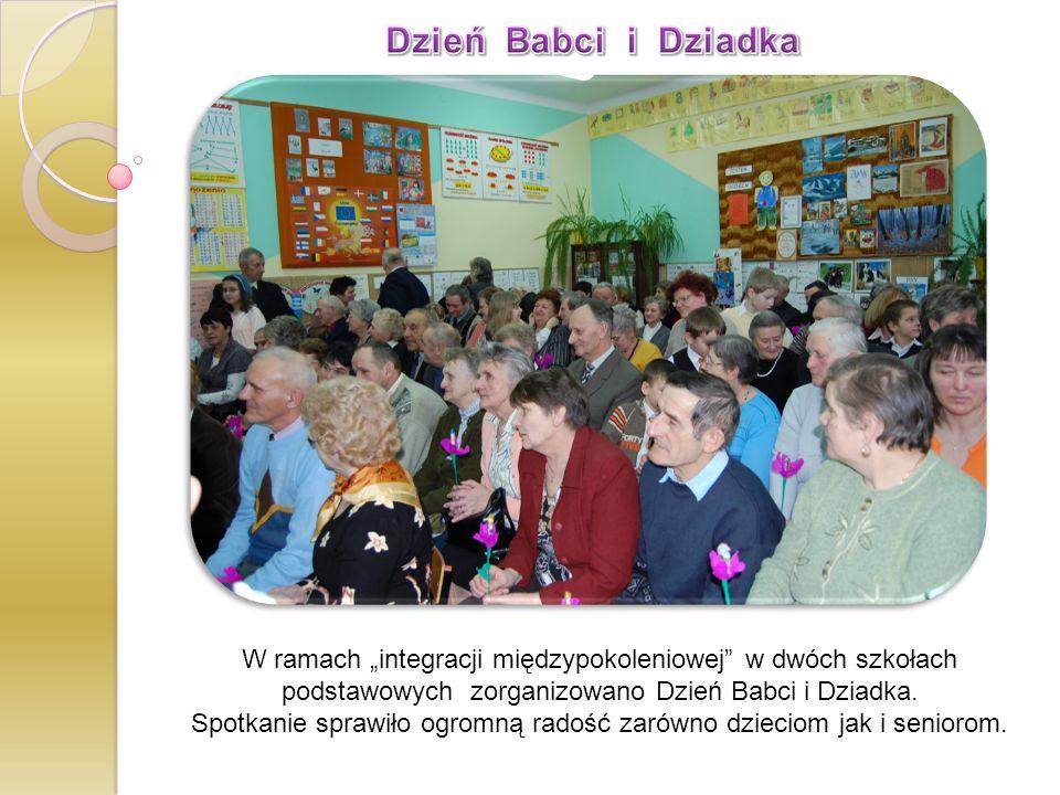 W ramach integracji międzypokoleniowej w dwóch szkołach podstawowych zorganizowano Dzień Babci i Dziadka. Spotkanie sprawiło ogromną radość zarówno dz