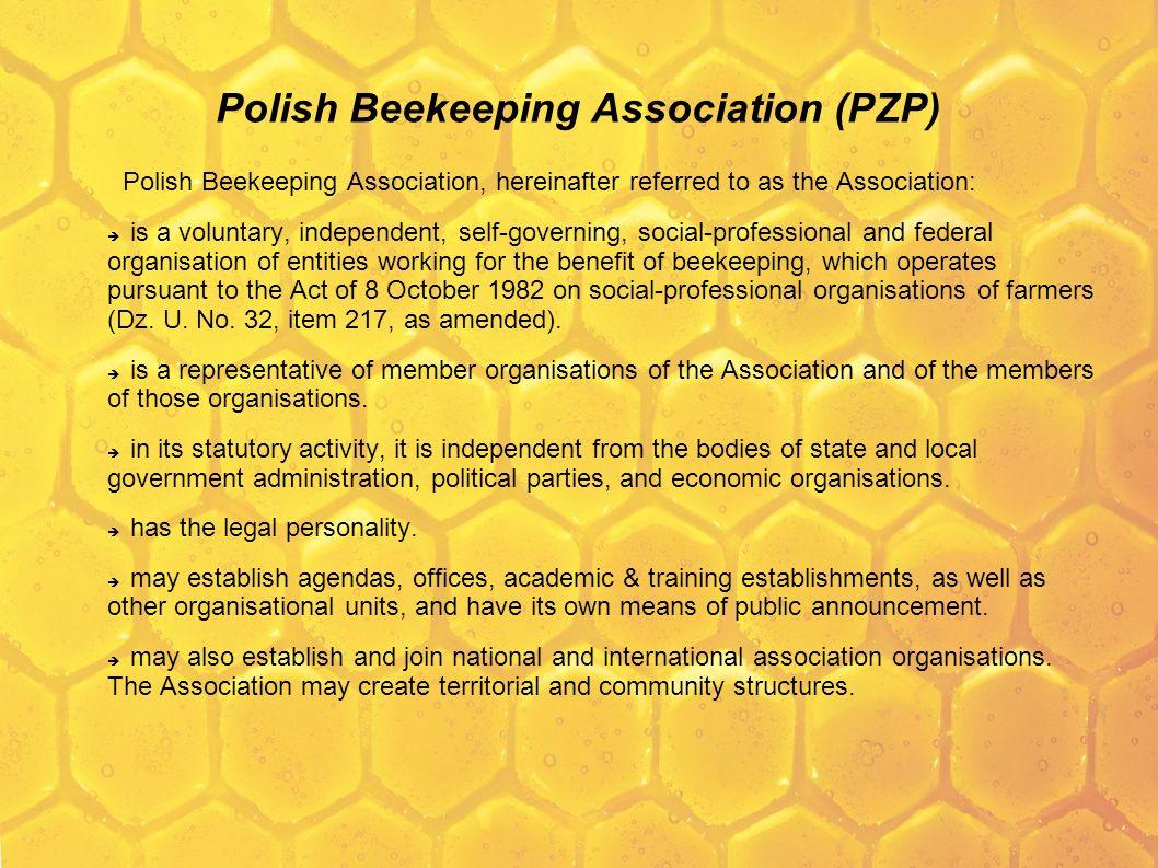 Polski Związek Pszczelarski (PZP) Logo Związku tworzą trzy połączone komórki pszczele w kolorach białym, żółtym i czerwonym z wpisanym w poszczególne komórki skrótem PZP.