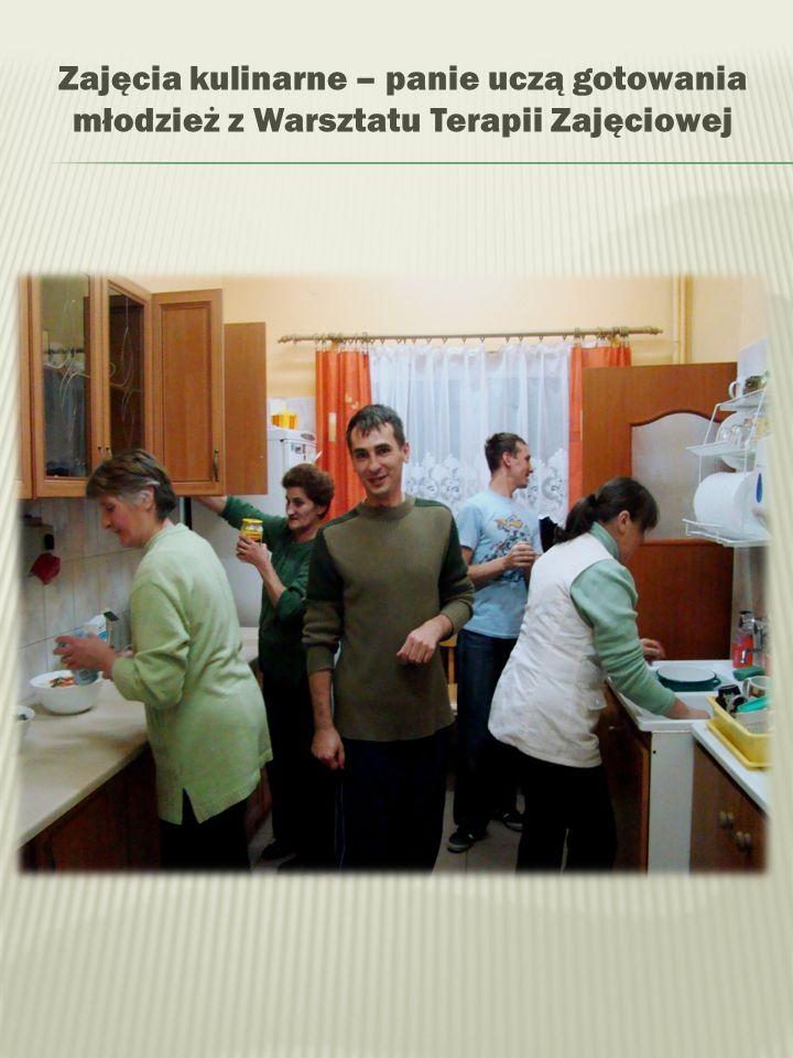 Zajęcia kulinarne – panie uczą gotowania młodzież z Warsztatu Terapii Zajęciowej