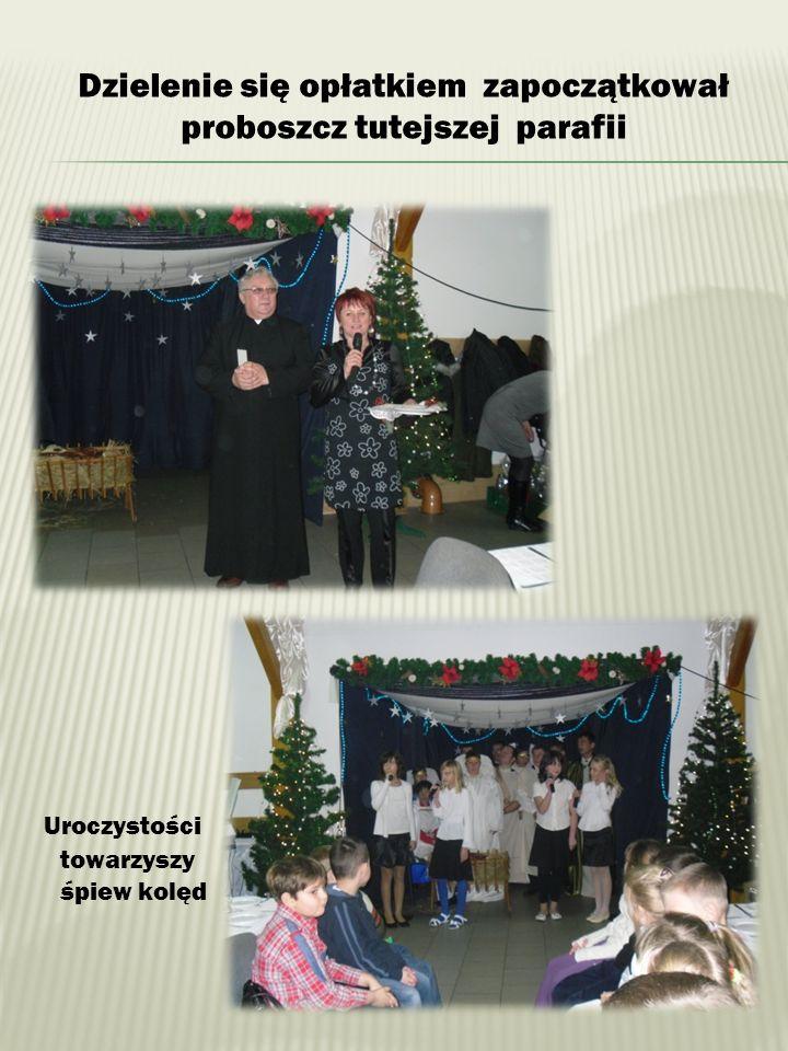 Dzielenie się opłatkiem zapoczątkował proboszcz tutejszej parafii Uroczystości towarzyszy śpiew kolęd
