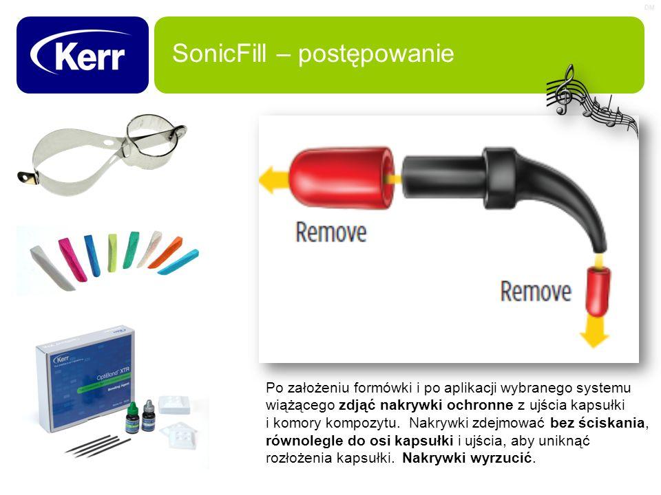 DM SonicFill – postępowanie Po założeniu formówki i po aplikacji wybranego systemu wiążącego zdjąć nakrywki ochronne z ujścia kapsułki i komory kompoz