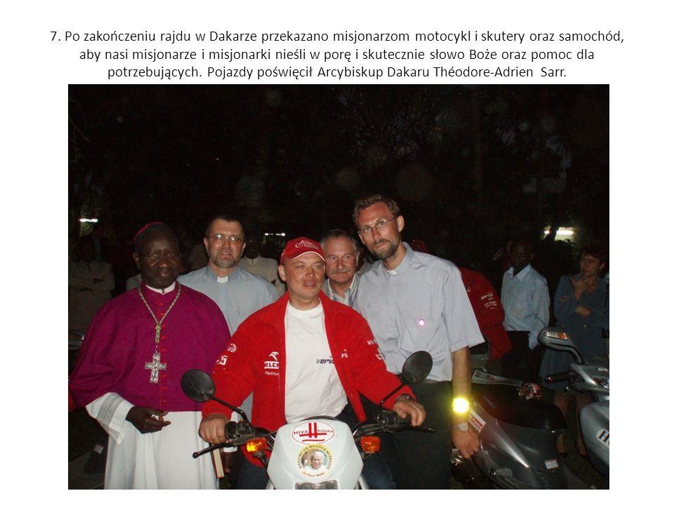 7. Po zakończeniu rajdu w Dakarze przekazano misjonarzom motocykl i skutery oraz samochód, aby nasi misjonarze i misjonarki nieśli w porę i skutecznie