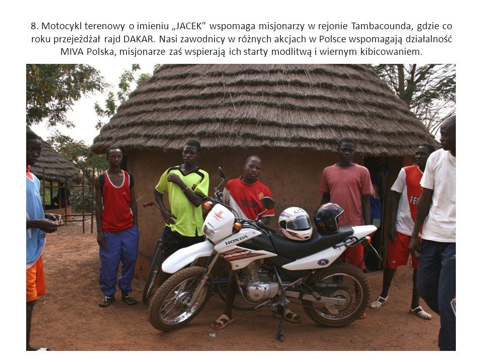 8. Motocykl terenowy o imieniu JACEK wspomaga misjonarzy w rejonie Tambacounda, gdzie co roku przejeżdżał rajd DAKAR. Nasi zawodnicy w różnych akcjach