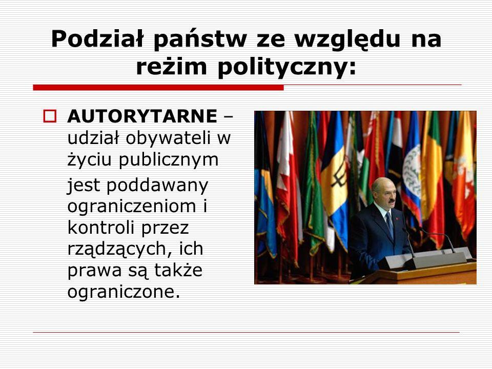 Podział państw ze względu na reżim polityczny: AUTORYTARNE – udział obywateli w życiu publicznym jest poddawany ograniczeniom i kontroli przez rządząc