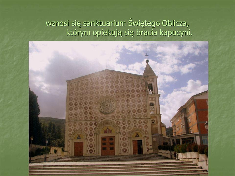 wznosi się sanktuarium Świętego Oblicza, którym opiekują się bracia kapucyni.