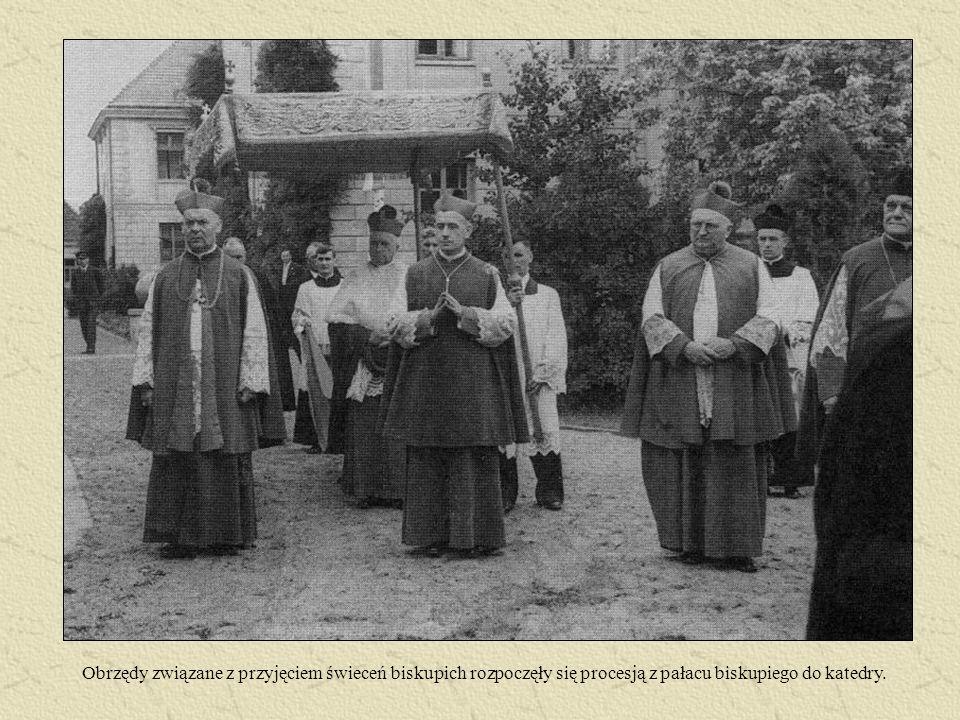 Obrzędy związane z przyjęciem świeceń biskupich rozpoczęły się procesją z pałacu biskupiego do katedry.