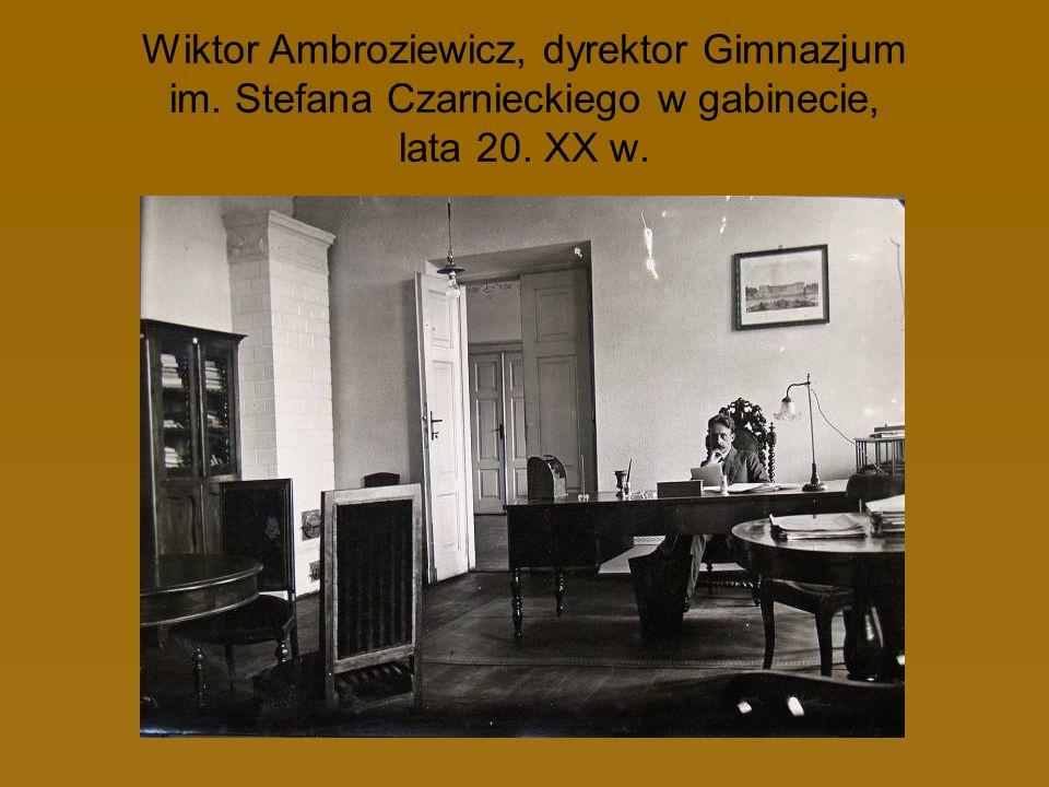Wiktor Ambroziewicz, dyrektor Gimnazjum im. Stefana Czarnieckiego w gabinecie, lata 20. XX w.