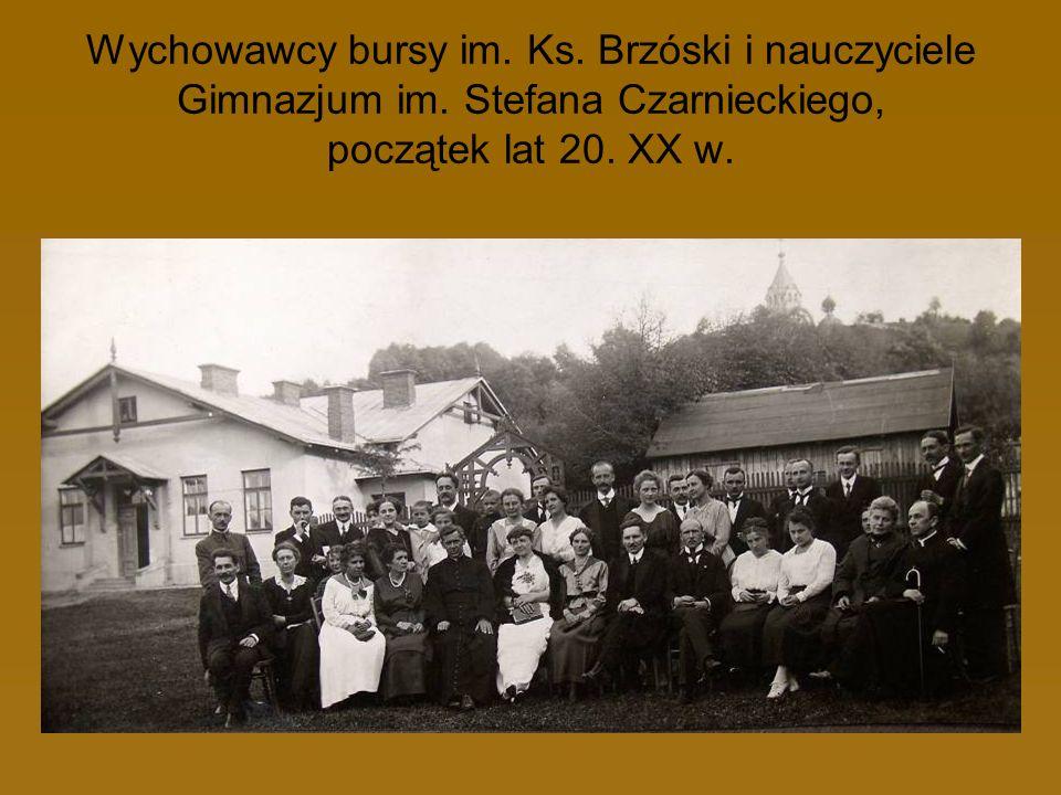 Wychowawcy bursy im. Ks. Brzóski i nauczyciele Gimnazjum im. Stefana Czarnieckiego, początek lat 20. XX w.